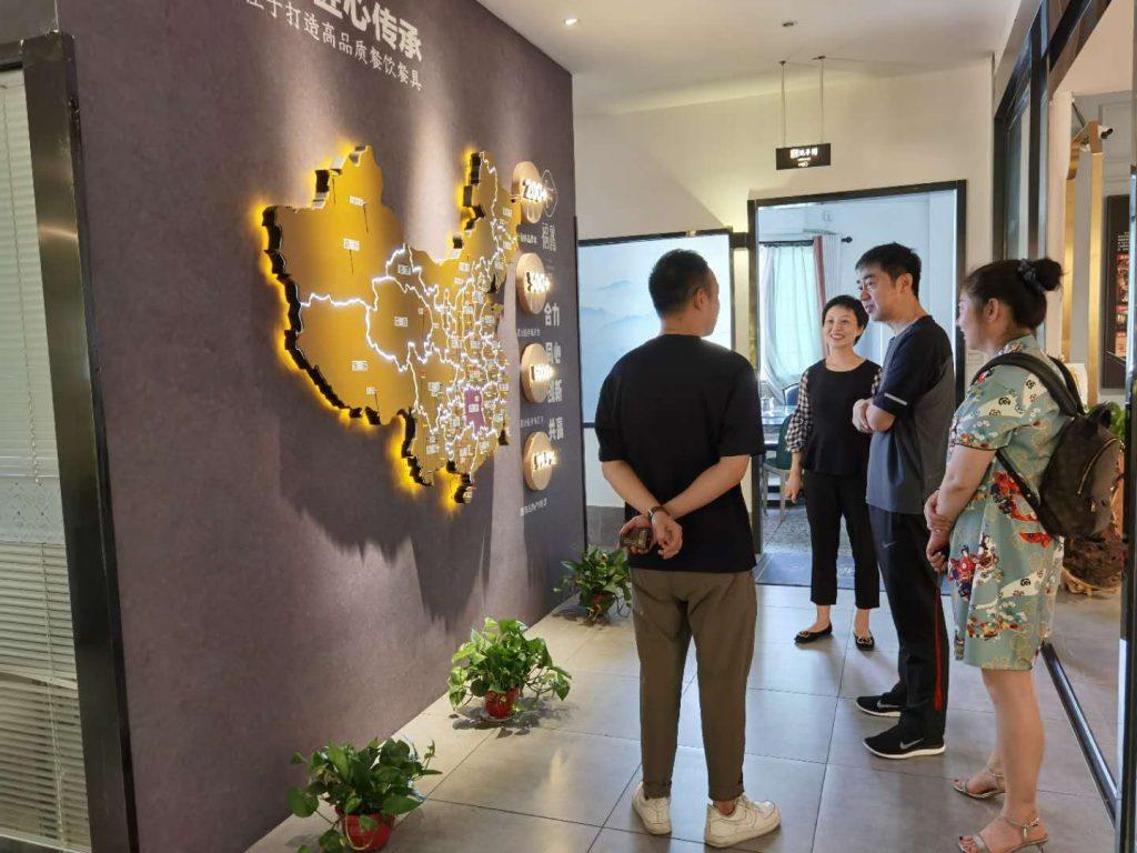 泸州市政府领导莅临福鑫家具总部进行参观考察